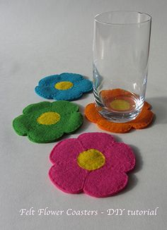 Flowery felt coasters – DIY tutorial Half way through August and I am still deep into summer flowers craft. I know back to school is quite soon but I can't help myself: I want more summer because I didn't have much. Felt Coasters, Diy Coasters, Fabric Crafts, Sewing Crafts, Craft Projects, Sewing Projects, Felt Fabric, Felt Diy, Felt Hearts