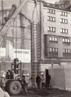 """Start van de pre-metrowerken te Antwerpen 1970.  Foto genomen op de hoek van de de Keyserlei en de Frankrijklei. Het gebouw op de foto is de """"Opera"""", op de zijgevel een paneel met  """"hier komt de Antwerp Tower""""."""