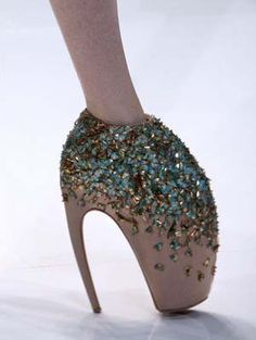 Alexander McQueen's infamous armadillo shoes, popularized by Lady Gaga Steampunk Dolls, Alexander Mcqueen Shoes, Alexander Wang, Very High Heels, Crystal Shoes, Crazy Shoes, Weird Shoes, College Fashion, Fasion