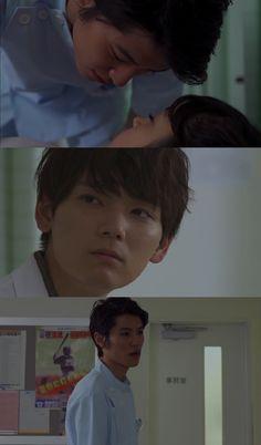 """Kotoko se desmaya durante una clase. Keita la lleva a la enfermería. Keita la acuesta y la admira dormir, lentamente se acerca a ella como si fuera a besarla, pero escucha la voz de Naoki: """"¿Y después de eso que piensas hacer?""""- Keita se hace el desentendido y comienza a salir- """"Sé que lo sabes, que estamos casados. Así que no trates nada con ella"""". Keita: """"Yo me preocupo más por ella. Yo podría amarla más que tú""""- ambos se miran desafiantes - Itazura na Kiss Love in Tokyo 2, Ep 5"""