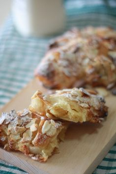 almond croissant- another recipe to try. Almond Croissant, Croissant Recipe, Vol Au Vent, Croquembouche, Sweet Pastries, Bread And Pastries, Profiteroles, Swedish Recipes, Sweet Recipes