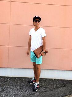 """夏と言えば「薄着になる分、オシャレにみせるのは難しい」なんて思ってる方も多いのではないでしょうか?確かに夏は着こなしがシンプルになりがちで、油断すると""""Tシャツ×短パンの夏休みの少年みたいなおっさん=とっちゃんぼーやスタイル""""になってしまうことも!?今回はワンランク上の夏スタイルを実現するためのヒントを紹介していきます! ワンランク上のメンズ夏コーデをつくる4つのヒント ①ワンランク上の価格帯orワンランク上の個性をもつアイテムを1点混ぜる! 大まかに言ってしまえば夏コーデは、トップス×ボトム×シューズの3点から構成されます。この中の1点は、ワンランク上のブランドやワンランク個性的なアイテムをチョイスすることをおすすめします!他の季節に比べてアイテム数が減る分、個々のアイテムの存在感が増し注目されることが理由です。 トップスに限って言えば、生地が薄かったり生地面積が減る分、単価が下がります。なので、高価格のアイテムや着回しが効きにくいアイテムにも手が伸ばしやすいはず。 2015夏のトレンドを考慮しながら具体的に男前研究所編集部おすすめアイテムを紹介し..."""