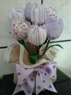 Peso de porta. Várias cores e estampas. confeccionado com juta e tulipas de tecido 100% algodão.  Temos a pronta entrega!!!  Dimensão:  Altura: 20 cm  Pode também ser adaptado para arranjo de mesa floral.    Frete via PAC ou SEDEX com desconto.