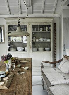 Mooi romantisch wegkruip hoekje met mooie kussens         gehaakte vintage plaid       Leuke tafel, mooi textiel       Grote linnen kussens...