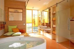 Insbesondere in Feuchträumen muss der Sichtschutz spritzwasserfest und langlebig sein. Foto: djd/JalouCity Heimtextilien