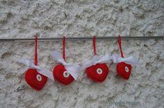 Červené srdíčko Srdíčko háčkované z červené Katky s bílými knoflíky a bílou mašlí. Mašle je jen přivázaná, lze ji vyměnit za jinou. Srdíčko je naplněné polyesterem. Rozměry cca 5x6cm, délka očka cca 7cm. Cena je za 1ks.