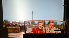 Trailer Wie werde ich reich und glücklich? von Mischa Spoliansky  Eine dünne Broschüre flattert beim arbeitslosen Kibis in die Mansarde: Wie werde ich reich und glücklich? Mit nur drei Anweisungen verwandelt sie sein gescheitertes Leben von Grund auf. Es ist ein utopisches Gedankenspiel das Felix Joachimson 1930 als Kursus in zehn Abteilungen verfasste  und der Chanson-Komponist Mischa Spoliansky vertonte die schönsten Momente daraus. Die Kabarettrevue über den Aufstieg des Hochstaplers…