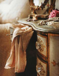 vintage and dresser-bilde