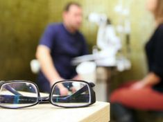 Elment szemüveget csináltatni, ledöbbent, amikor megtudta mi is a baja! Liverpool, Glasses, Eyewear, Eyeglasses, Eye Glasses