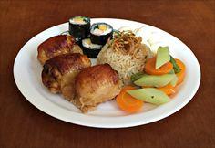 Arroz Integral com Cebolas Tostadas, Sobrecoxa de Frango Assada, Sushi á Califôrnia, Ovos de Codorna e Salada de Cenoura, Vagem e chuchu.
