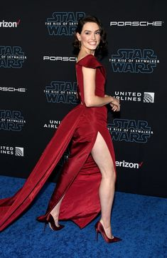 Daisy Ridley brought her red carpet A game to the Star Wars: The Rise of Skywalker premiere on Dec. 16 in Hollywood. The Disney movie marks the final film in Daisy Ridley Star Wars, Daisy Ridley Sexy, Rey Daisy Ridley, Film Disney, Embellished Heels, Red Gowns, English Actresses, Female Actresses, Sexy Legs