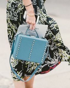 The Best Street Style From New York Fashion Week - Racked Nyfw Street Style, Cool Street Fashion, Beautiful Bags, Colorful Fashion, New York Fashion, Fashion Bags, Clutch Bag, Chic, Purses And Bags