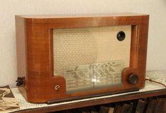 23. luukku. Pimeinä joulukuun iltoina 1950-luvulla perhe kokoontui kuuntelemaan tällaista salolaisen Salora Oy:n valmistamaa ULA-radiota. Oli sitten kyseessä uutiset, lasten tunti tai Kalle Kustaa Korkin seikkailut, hiljaa piti olla. Radio on malliltaan 951V.