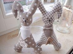 2 süße Osterhasen suchen ein neues Zuhause........ von Funkellichter auf DaWanda.com