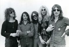 Mott the Hoople: before their glam rock makeover with Ian Hunter on the left sporting his corkscrew hair 'n' shades combo Music Pics, Music Pictures, Rock Music, New Music, 70s Rock Bands, Ian Hunter, Mott The Hoople, All The Young Dudes, Glam And Glitter