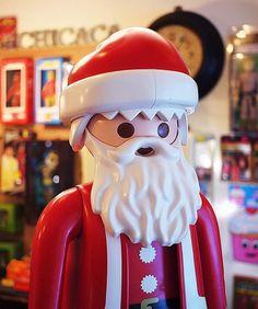聖誕節快到了 我最喜歡的節日 因為可以冷冷的 又可以拿禮物 .  圖中的聖誕老人摩比 高約65公分 要買最好不要等到聖誕節 那時候絕對賣完了(應該吧 唉