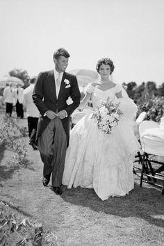 Vogue Uk, Vogue Paris, Old Wedding Photos, Celebrity Wedding Photos, Celebrity Weddings, Celebrity Style, Jackie Kennedy Wedding, Jfk And Jackie Kennedy, Bride Pictures
