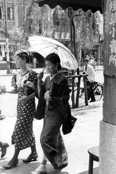 Morooka Kouji [師岡宏次] - 'Sanpo Stroll', [散歩] Ginza, Tokyo,Japan - 1935 Retro Pictures, Old Pictures, Old Photos, Vintage Photographs, Vintage Photos, Japan Street, Old Photography, Japan Photo, Japan Art