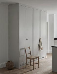 Classic Scandinavian shaker kitchen design in grey Nordic Kitchen, Scandinavian Kitchen, Scandinavian Design, Nordic Design, Scandinavian Interiors, Shaker Kitchen, New Kitchen Cabinets, Kitchen Walls, Kitchen Interior