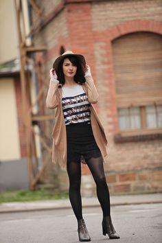 Look trench effet suede, boots dorées, marinière, jupe en dentelle. Blog mode Strasbourg / Paris / France  Fashion outfit, stripes top, suede trench coat, lace skirt, golden boots.