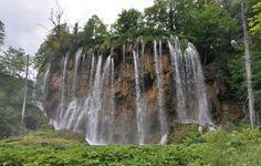 O Parque Natural dos Lagos Plitvice é Património Mundial da Unesco e é a maior atração turística da Croácia após a cidade medieval praiana de Dubrovnik.