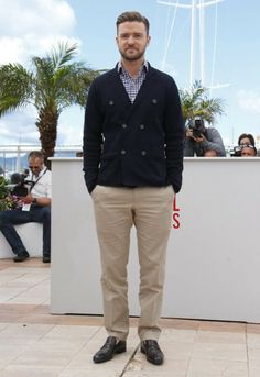 Justin Timberlake cool/casual look at the Cannes - pairing beige chinos with a blue checked shirt and double breasted cardigan. cool and casual. Beige Chinos, Beige Pants, Fashion Gallery, Men's Fashion, Best Dressed Man, Black Tuxedo, Cool Style, My Style, Justin Timberlake