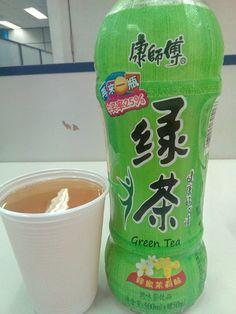 Um chá super fraco que mal tem gosto de alguma coisa, tem tem uma puxada que dá muito gosto, mas realmente não condiz com o chá, fora isso a aparência até é marcante, mas como aparência não é nada, não passa de um mero detalhe.  #bebida #sobremesa #doceria #bomboniere #emporio #cha #verde #jasmin #mel #bege #SemGosto #aromatico #fraco #XinGourmet #EmporioChinatown #Chinatown  #康師傅 #綠茶 #蜂蜜茉莉味  康師傅 綠茶 蜂蜜茉莉味 - Chá Verde de Jasmin com Mel - R$7,50 em Empório Chinatown