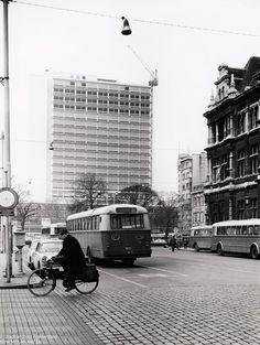 De Franklin Rooseveltplaats vanaf het Koninklijk Atheneum tot de Theaterbuilding ter vervanging van de vroegere Volksschouwburg (ook huurschouwburg ) op de voorgrond de Geuzenhofkens nu bushaltes.1969