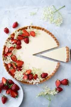 Panna cotta tart with strawberries, elderflower & tonka bean .- Panna Cotta Tarte mit Erdbeeren, Holunderblüten & Tonkabohne – Backbube Panna cotta tart with strawberries, elderflower & tonka bean – baker - Tart Recipes, Sweet Recipes, Snack Recipes, Dessert Recipes, Kitchen Recipes, Cupcake Recipes, Cooking Recipes, Panna Cotta, Tonka Bohne