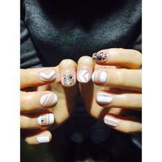 #그래픽 요소와 #네거티브스페이스 #feel 충만 #트렌드네일 이제 신부님의 #웨딩네일 도 시크하게  #wedding #whitenails #Graphicnails #negativespace #negativespace  2015ss #trendnails #nails #nail #fashion #beautiful #instagood #holiday  #stylish #sparkles #styles  #nailart #art #nailswag #instanails #uniStella #유니스텔라#공간네일