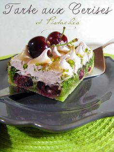 cherry-pistachio meringue tarte (recipe in french) No Cook Desserts, Mini Desserts, No Cook Meals, French Christmas Food, Appetizer Recipes, Dessert Recipes, Healthy Deserts, Sweet Pie, Quiche