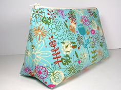 The bag is simple, uses very little fabric (about 2/3rds of a fat quarter), has no fussy inside pockets (although you can add your own if you like), and takes me well less than 30 minutes to print...