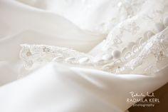 beautiful detail photography of wedding dress buttons by © Radmila Kerl wedding photography munich Schöne Detailaufnahme von einem Hochzeitskleid-Verschluss mit Knöpfen