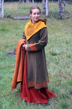 """Viking woman's dress, from the blog of """"Mehloic"""", a Swedish SCA player.    Sjal, kappa, sköldehamnshätta och lite av min mellanklänning för kalla event."""
