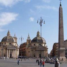Le sorti di Piazza del Popolo  sono legate alle scelte di diversi papi e, per ultimo, a Napoleone. Fin dal III secolo d.C., a seguito della costruzione delle Mura Aureliane, questo fu il punto privilegiato di accesso a Roma da nord, lungo la Via Flaminia (già realizzata nel 220 a.C.).