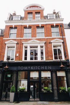 Fish and chips at Tom's kitchen - 27 Cale street, Londres, Angleterre Chelsea London, Best Places To Travel, Best Places To Eat, Brunch, London Townhouse, London Places, Things To Do In London, Shop Fronts, Arquitetura