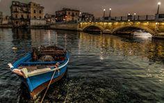 Al sosiego de la embarcación en Tarento, una ciudad del sur de Italia, en la zona costera de Apulia, a orillas del mar Mediterráneo en el istmo de la península salentina.