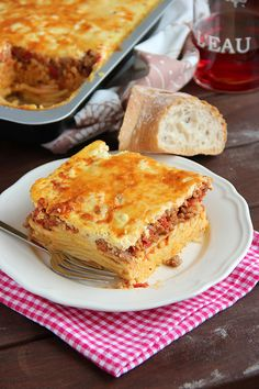 Lasagne, layers of pasta, bolognese, and cheesy béchamel sauce. perfetto!