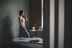 Klimatyczna sypialnia. #bedroom #interior #homedesign Apartament na Mokotowie. Projekt wnętrz  http://tryc.pl Foto: Tomasz Chadzinski