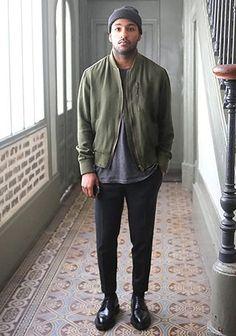カーキMA-1×黒くるぶし丈パンツのシックカジュアルな着こなし(メンズ)   Italy Web