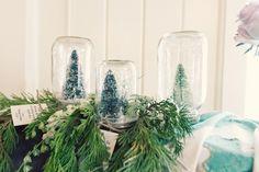 Idée déco pour un mariage en hiver : branches de sapin pour un thème Noël