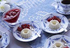 Delikat dessert - blød fløderand med sovs af røde bær