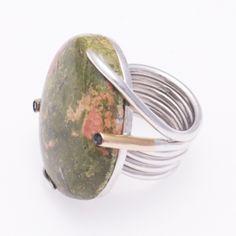 De la colección Kimua, os presentamos una sortija en oro rosa de 18 quilates y plata de 925 milésimas, con crisocola y espinelas.   La pieza se entrega con su correspondiente certificado de autenticidad e incluye garantía de dos años contra cualquier defecto de fabricación y servicio de un mantenimiento totalmente gratuito durante ese período.   Podéis encontrar más información en: http://www.goldonme.com/producto/sortija-oro-rosa-y-plata-con-espinelas/