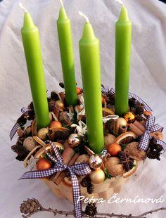 Vánoční svícen Velikost 23 cnm, výška 13 cm. Svícen jsem vytvořila v keramické bábovce. Lze použít jako adventní nebo vánoční svícen na slavnostní stůl.