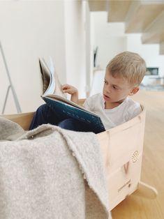 Der beruhigende Zirbenduft begleitet dein Kind, auch wenn es schon viel zu groß ist um noch im Bettchen zu schlafen. Und auch Schulkinder haben noch das Bedürfnis sich einzukuscheln und manchmal wieder ganz klein sein zu dürfen. In Benni's Nest Babybett fühlt man sich ganz lange geborgen und kann beim Lesen voll und ganz in anderen Welten versinken. Storage, Funny, Decor, Child Development, School Children, Feel Better, Newborns, Reading, Purse Storage