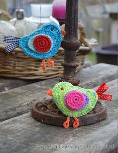 Bird -free pattern by Aan de HAAK geslagen. in Dutch with charts and photos Crochet Birds, Love Crochet, Crochet Crafts, Yarn Crafts, Crochet Flowers, Crochet Projects, Crochet Animals, Appliques Au Crochet, Crochet Motifs