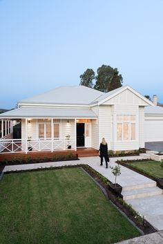Home Renovation Exterior Feature Friday: Phil House Paint Exterior, Dream House Exterior, Exterior House Colors, Bungalow Exterior, Hamptons Style Homes, Hamptons House, Weatherboard House, Queenslander, Welding Table