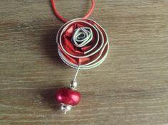 Rood/koraal bloem met hanger