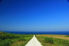 みなさんは絶景を見て心を打たれたことはありますか?今回は美しすぎて写真を撮るのを忘れてしまうほど美しい北海道稚内の「白い道」をご紹介します。