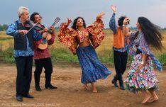 Romani Gypsy dance in photos. Gypsy dance by Nelly Maltseva Santa Sara, Gypsy People, Moda Hippie, Vintage Gypsy, Tribal People, Gypsy Wagon, Gypsy Dresses, Linen Dresses, Gypsy Life
